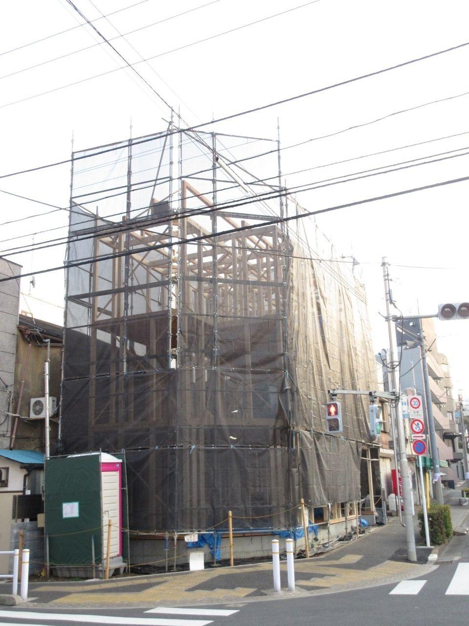 徳丸3丁目の新築戸建現場の状況報告です。 現場は足場で囲われ、建物の建て方まで終わりました。