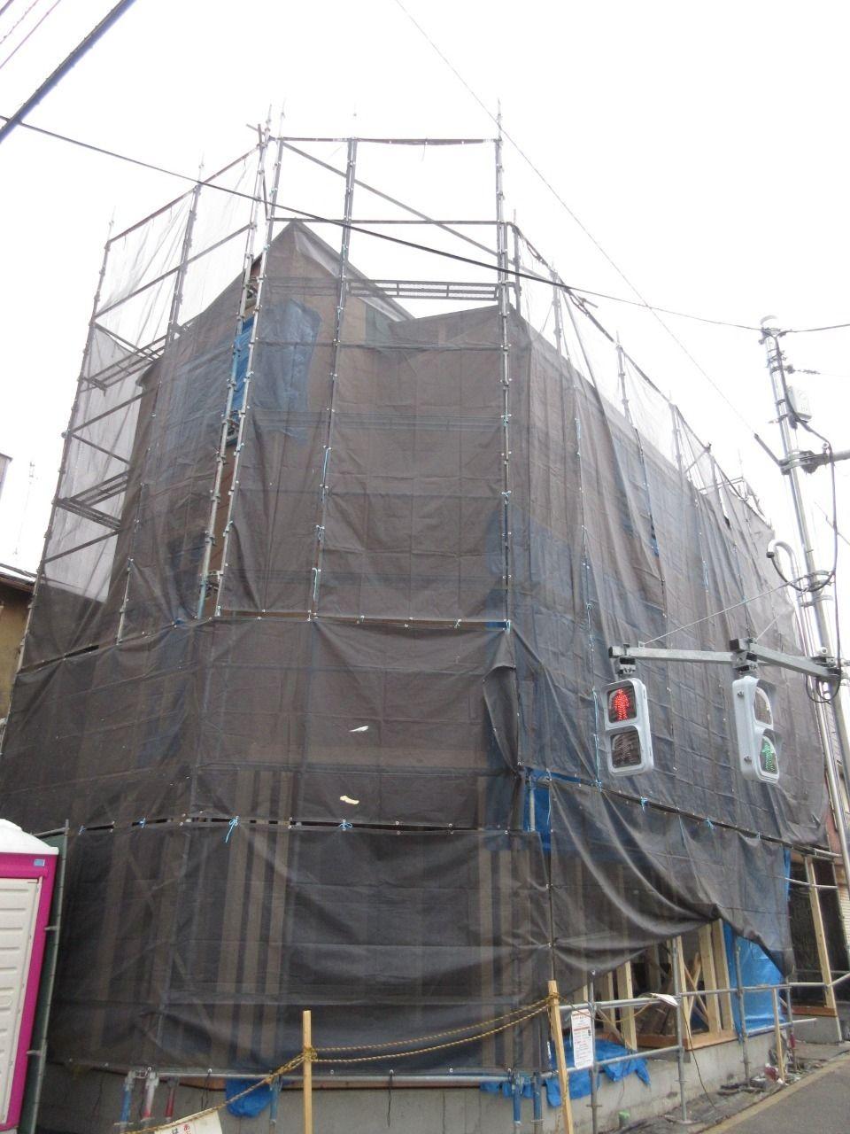 みなさまこんにちは。 徳丸3丁目の新築戸建現場の状況報告です。 外部の下地工事が進んできました。