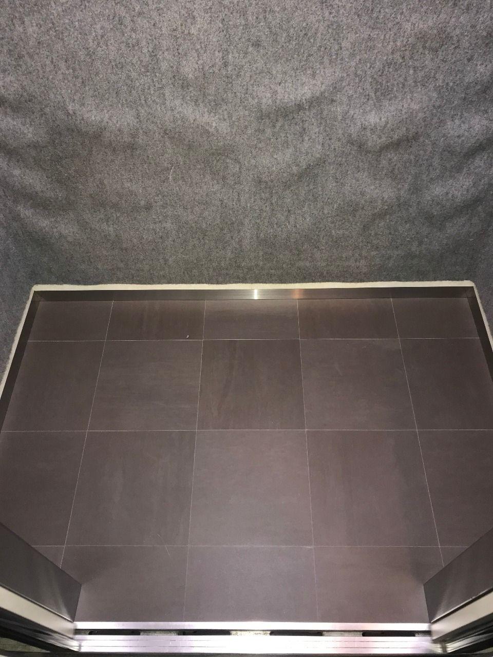 床はきれいなタイル仕様に