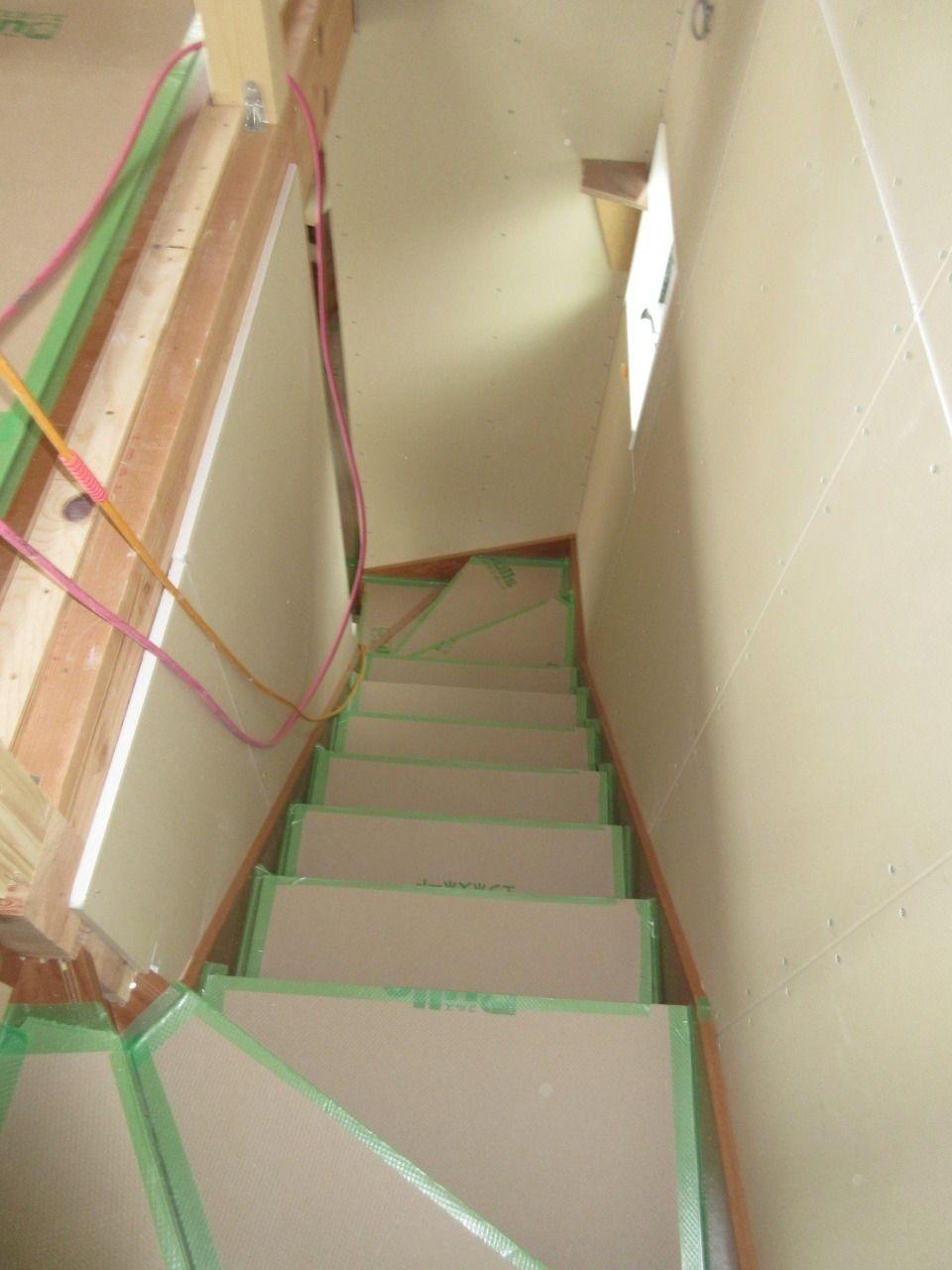 みなさまこんにちは。 徳丸3丁目の新築戸建現場の状況報告です。 建物3階まで階段が繋がりました。