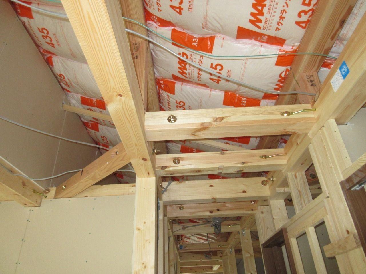 みなさまこんにちは。 徳丸3丁目の新築戸建現場の状況報告です。 3階の屋根部分には断熱材が敷きこまれています。