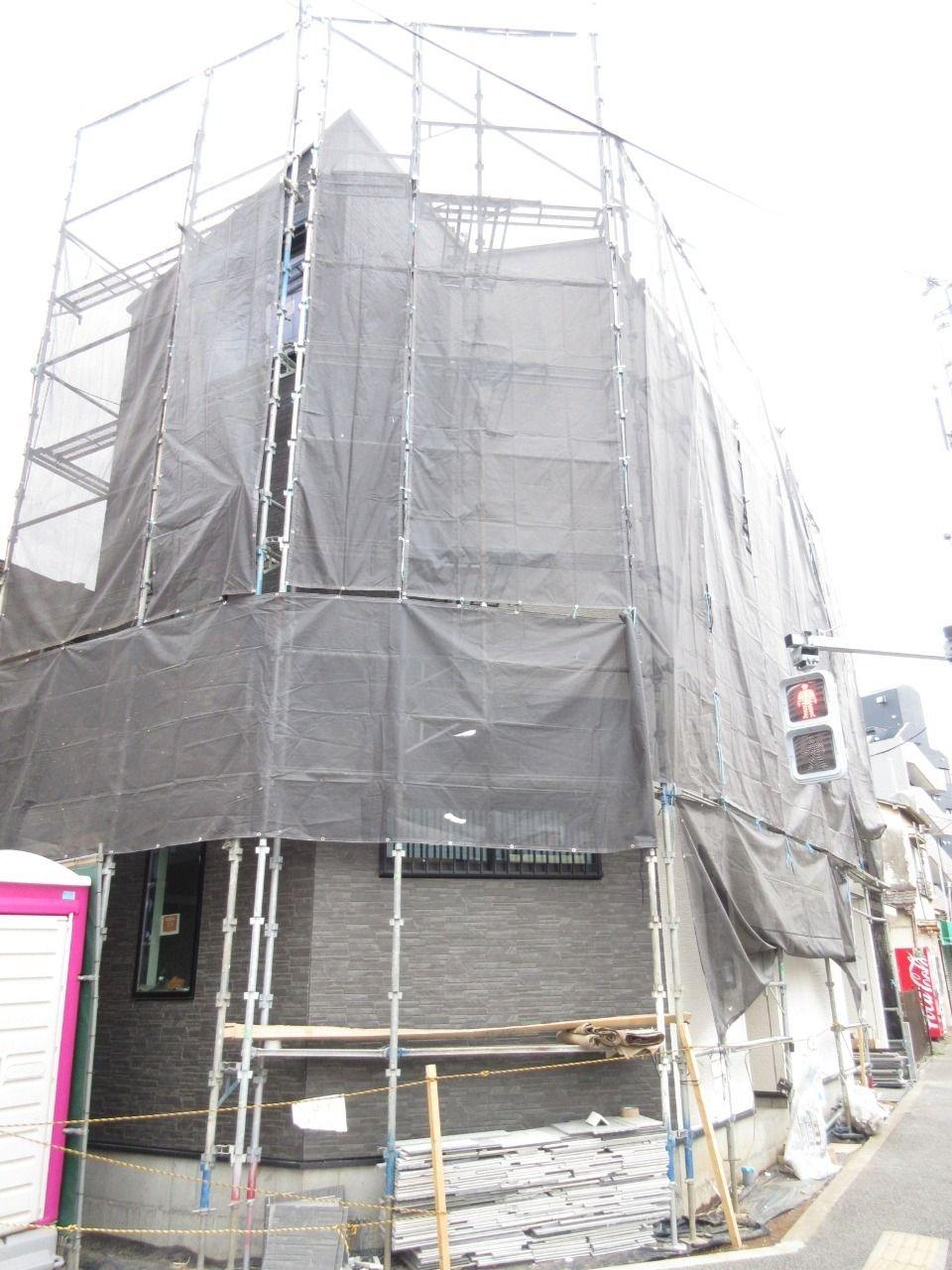 みなさまこんにちは。 徳丸3丁目の新築戸建現場の状況報告です。 ちょっと更新が遅くてなってしまい申し訳ございません。 外壁廻りの工事がかなり進みました。