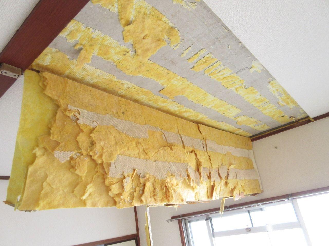 剥がし方は天井周囲にカッターを入れて、バールを使って剥がすだけです。  いたって簡単な作業です。  ちょっと体力はいるかもしれませんが…  しかし、天井を自分で剥がすことなんてめったにないので、テンションが上がり意外とすんなりと剥がせました。