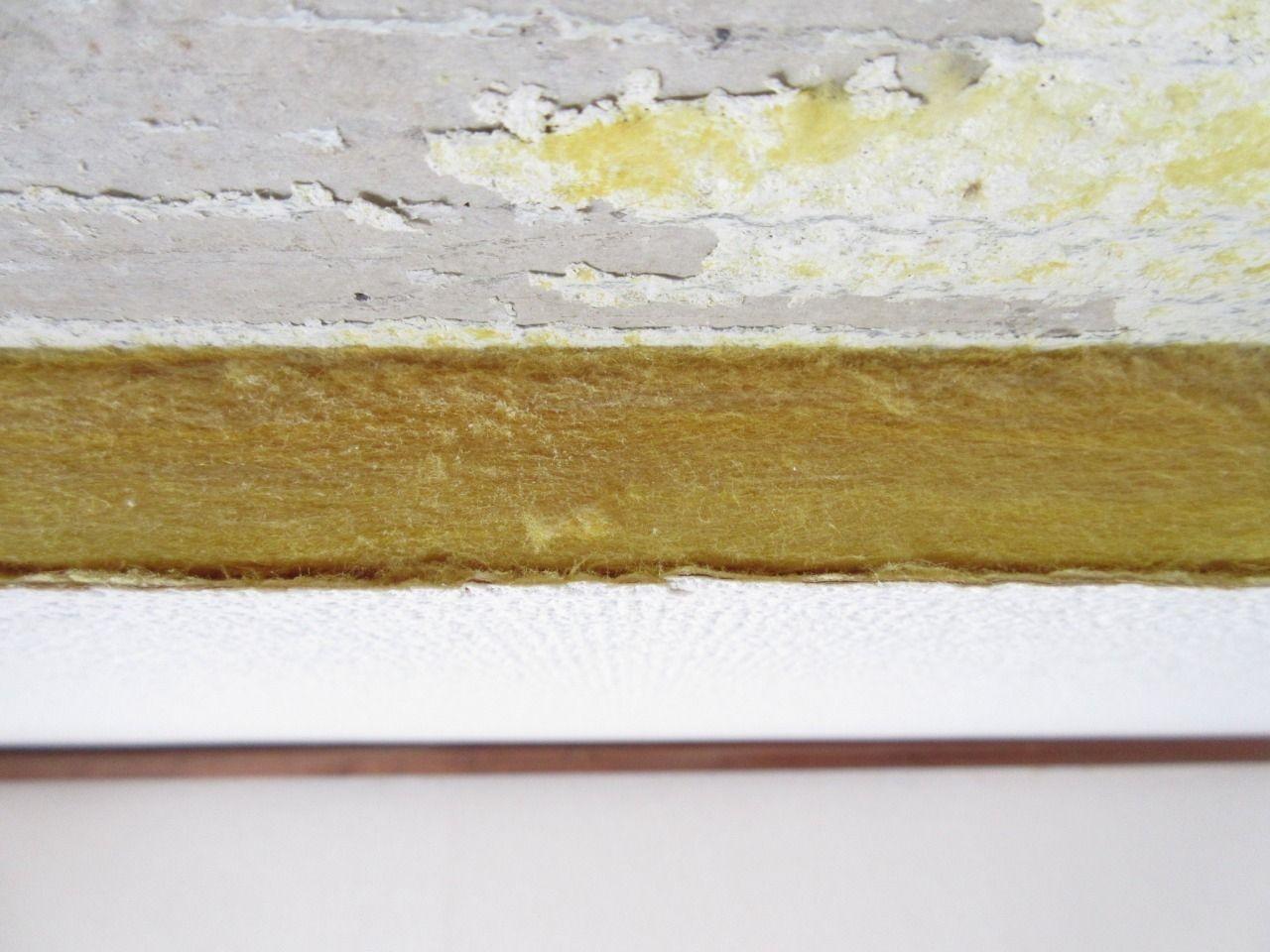 天井材の断面がどうなっているか見たことがありますか?  一般の方で見たことがあるという方は少ないかもしれません。  ここの天井材は、『クロス→断熱材→クロス』の三層のボード状なモノが、天井に接着剤で貼りつけられていました。  何ともない断面だとは思いますが、天井を剥がしてみないと分からない部分でもあります。