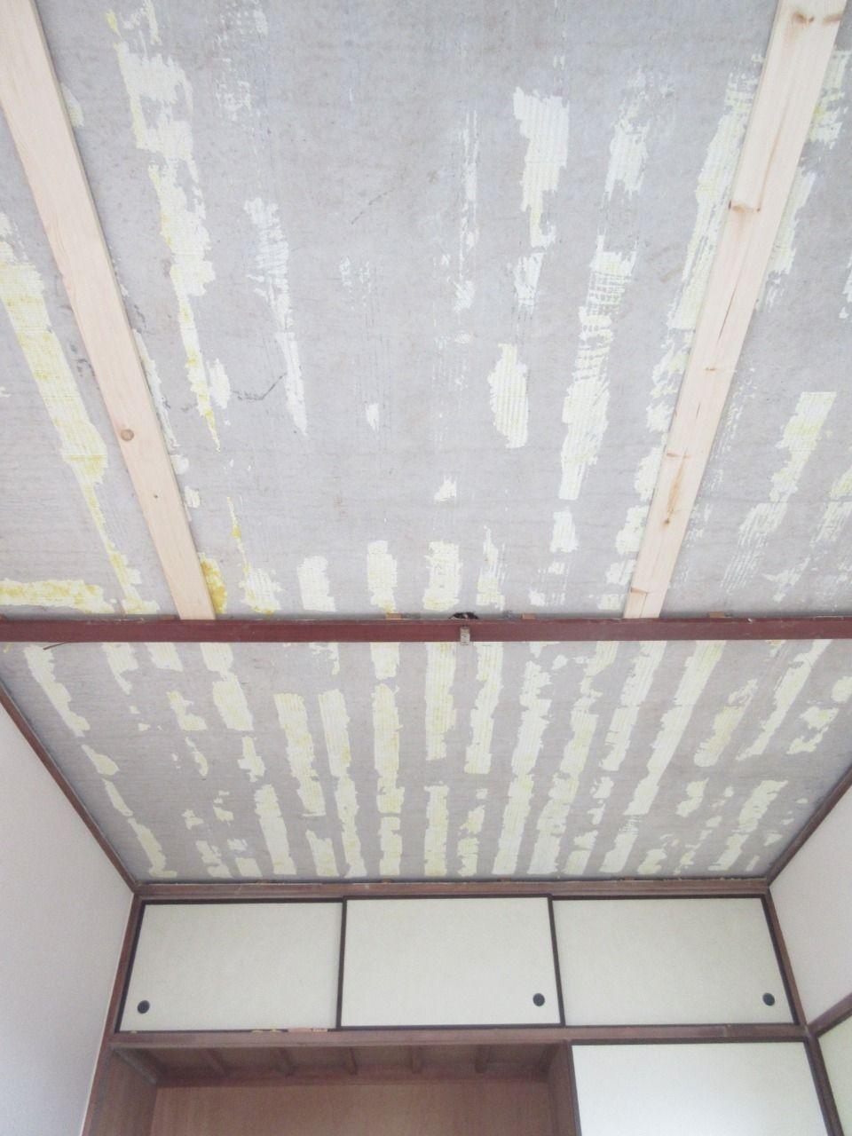 みなさまこんにちは。 前回は天井材を剥がし、カオスになったお部屋を片付けた所まででした。 次は天井の新たな下地を作っていきたいと思います。