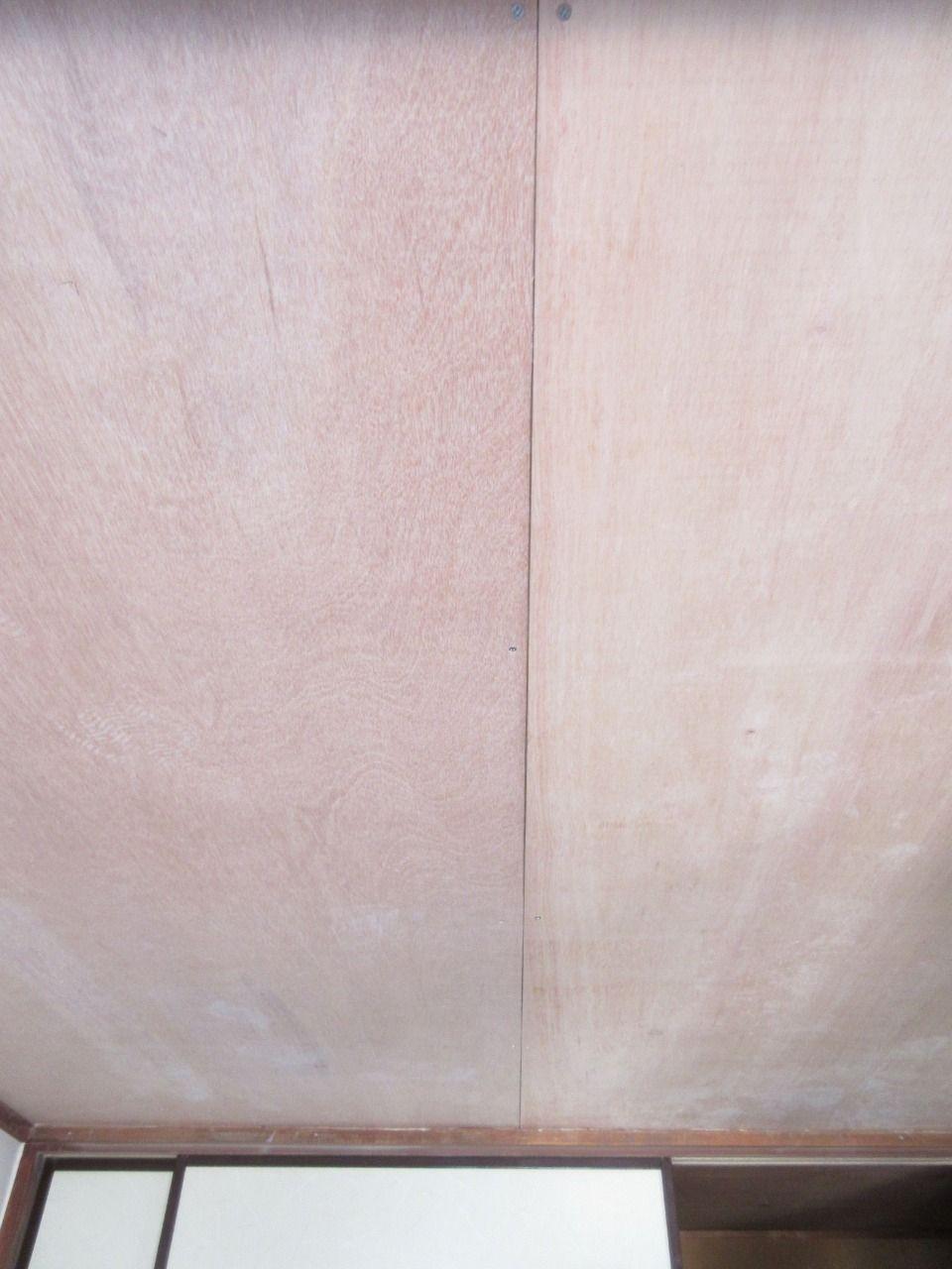 早くペンキを塗りたいところですが、下準備が必要です。 まずはベニヤ板とベニヤ板の隙間をパテで埋めていきます。