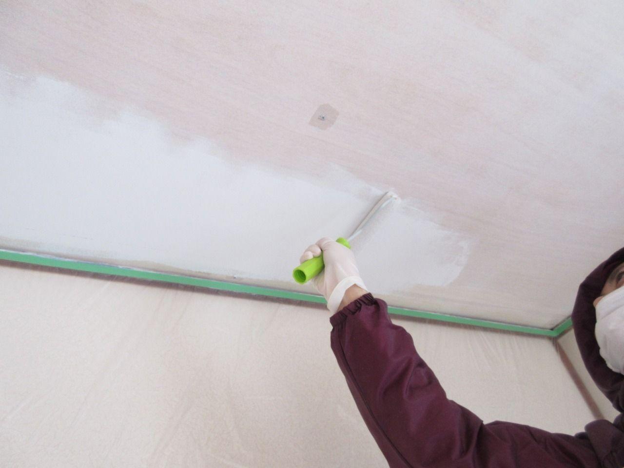みなさまこんにちは。 シーラーも塗り終えて下地調整が完了したので、いよいよ塗料を天井に塗っていきます。