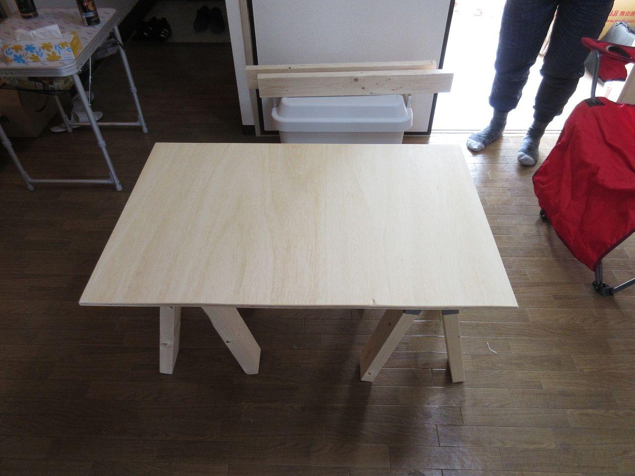 みなさまこんにちは。 簡易テーブルの天板部分にワックスを塗装していきます。