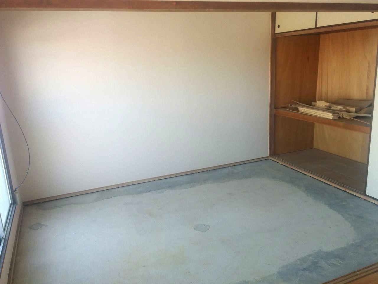 みなさまこんにちは。 先日のブログで告知した通り、畳だった和室をフローリングを貼って洋室にしていきます。 まずは下準備からです。